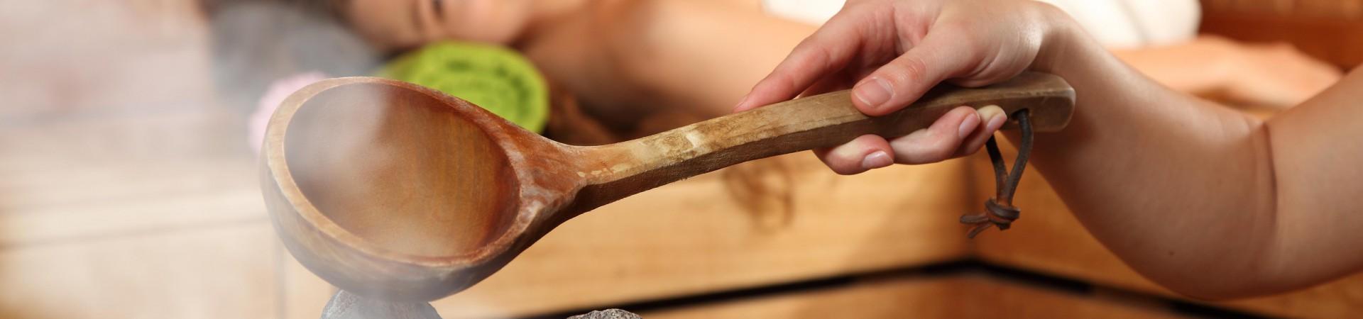 Sauna - polévání kamenů